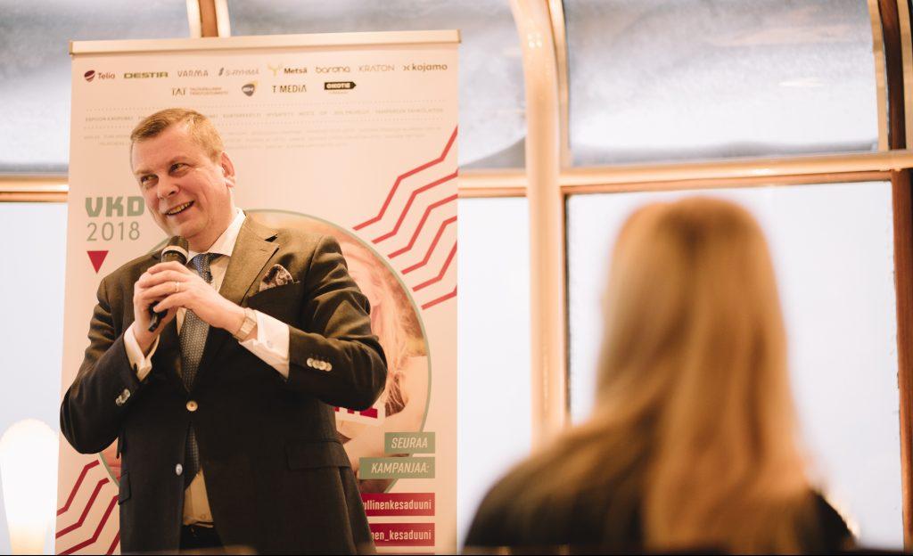 EK:n johtaja Ilkka Oksala puhuu kesätyön merkityksestä. Kuva: Niko Jekkonen